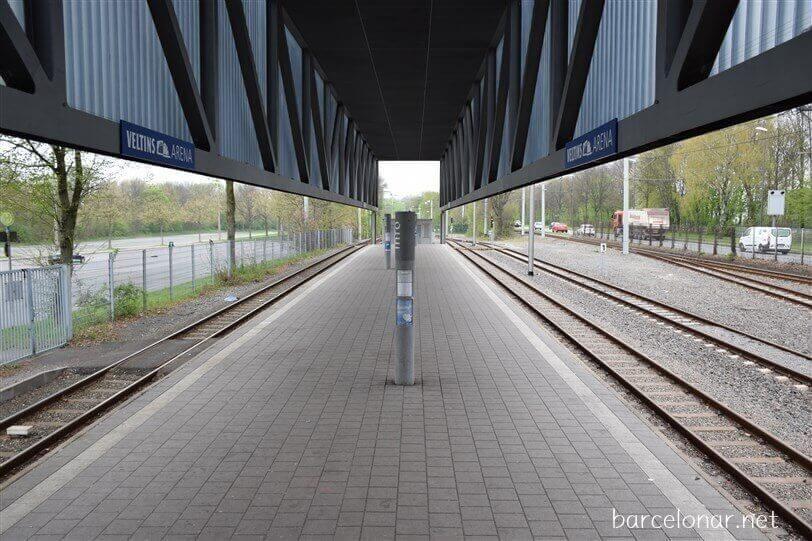 シャルケのホームスタジアムの最寄り駅はフェルティンスアレーナ